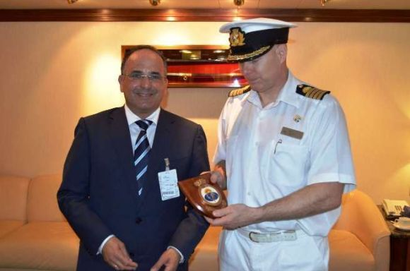 Víctor Chinea, Concejal de Turismo recibiendo un detalle de la primera estancia del Oceana en San Sebastián