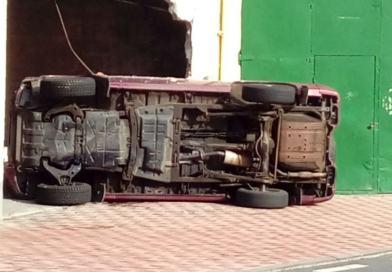 Un vehiculo se empotra contra un local en la travesia de Hermigua