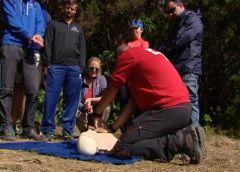 Cruz Roja de La Gomera enseña primeros auxilios en plena naturaleza