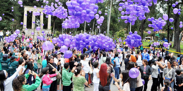 Con globos se rindió un homenaje para conmemorar a Rosa Elvira Cely.