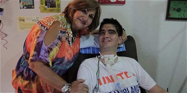 Pablo, con un mal para el que se pronostican menos de tres años de vida, dice que se volvió paciente de su mamá, Stella Correa, su ángel de la guarda terrenal.