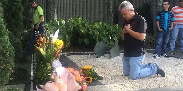 Popeye puso flores, oró, se arrodilló y acarició y besó la lápida del exjefe del cartel de Medellín.