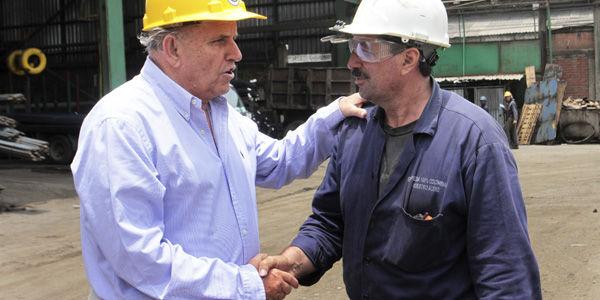 Maurice Armitage, con uno de sus empleados en la fábrica.