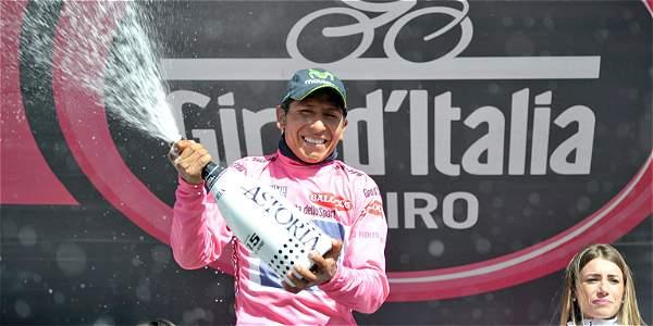 Nairo Quintana celebra en el podio del Giro su liderato en la prueba 'rosa'.
