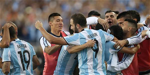 Los jugadores de Argentina celebran una de las anotaciones.