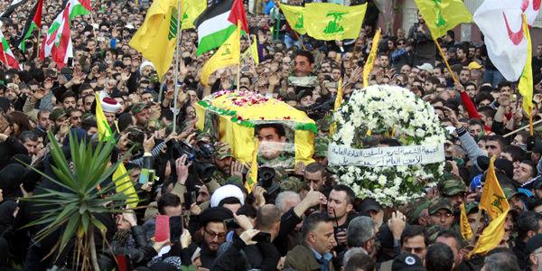 Su ataúd, cubierto con la bandera de Hezbolá, recorrió varios barrios del sur de la capital libanesa, bastión chií.