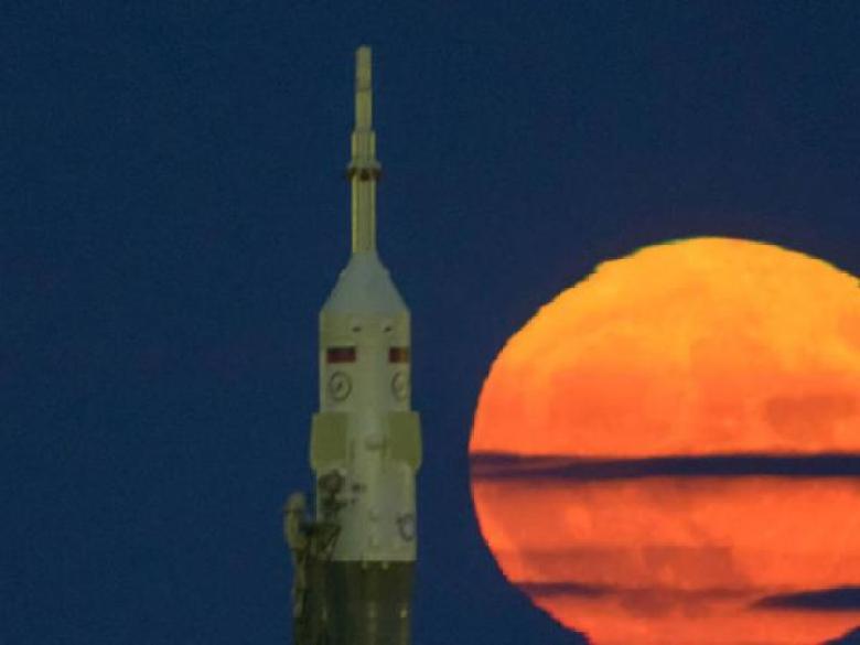 BBC Mundo: Luna rojiza vista junto a un cohete Soyuz en Kazhakstán. (Foto: NASA)