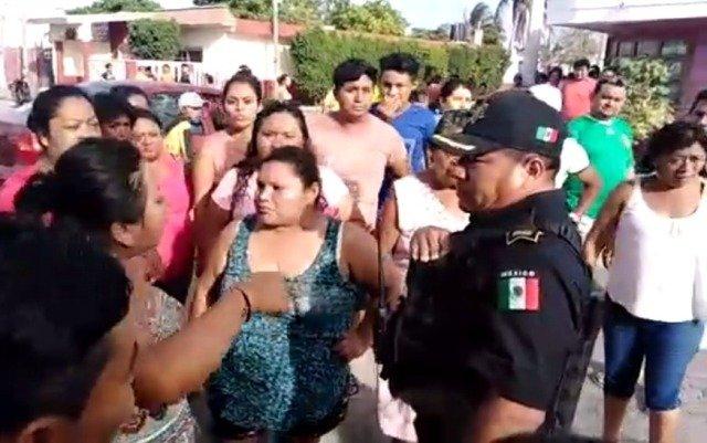 Policías salvan a unos vándalos del linchamiento
