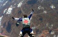 Muere deportista al no abrirse su paracaídas en salto de 100 metros