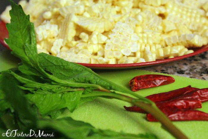 ingredientes básicos para los esquites: Epazote, chiles de árbol y los granos de elote.
