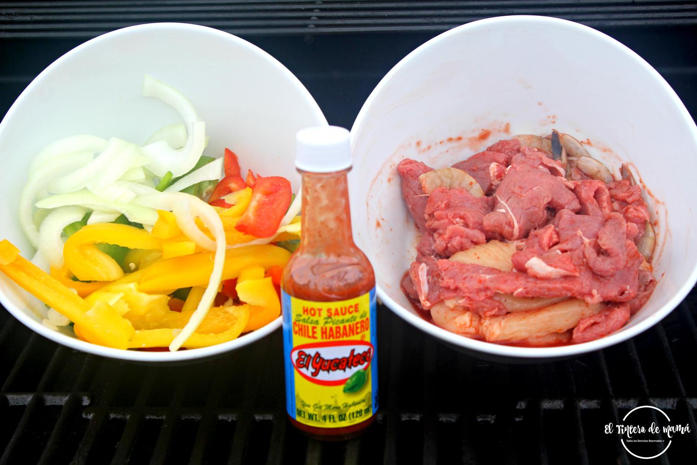 Fajitas mixtas de pollo, res y camarón y la salsa de habanero roja de El Yucateco hot sauces son los ingredientes principales de nuestra receta.