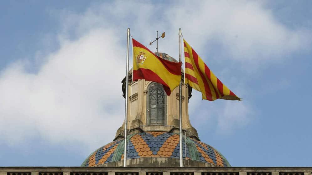 banderas española y catalana en la sede de la generalitat catalana