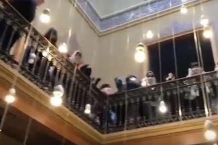 Feministas tapadas boicotean acto del pp de Cataluña