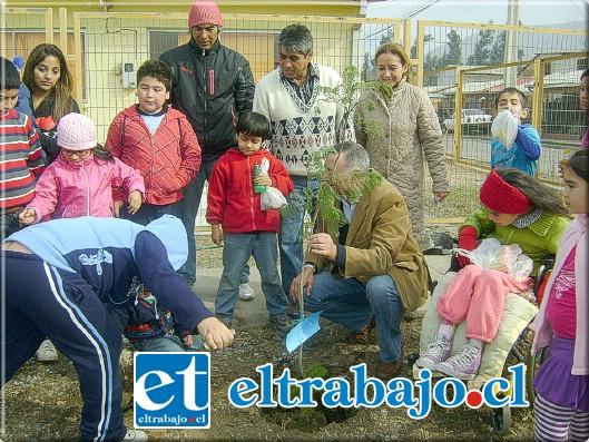 Los hijos de los vecinos de la organización comunitaria disfrutaron de plantar un árbol, el cual era bautizado con el nombre del niño o niña que lo plantó.