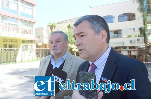 Gobernador de la Provincia de San Felipe, Eduardo León Lazcano junto al abogado de la Gobernación Provincial, Adolfo Pizarro (a la izquierda).