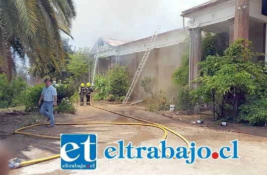 Al combate del fuego debieron acudir unidades de los cuerpos de Bomberos de San Esteban y Los Andes. (Foto Paulino Fernandez).