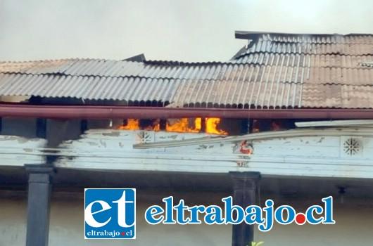 La casa fue envuelta por las llamas en cosa de minutos, debiendo concentrarse el trabajo de bomberos en evitar que el fuego alcanzara una bodega de productos químicos. (Foto Paulino Fernandez).