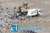Uno de los camiones de GEA en plena labor en el vertedero, cuyo funcionamiento ha causado y sigue causando serios problemas medioambientales.