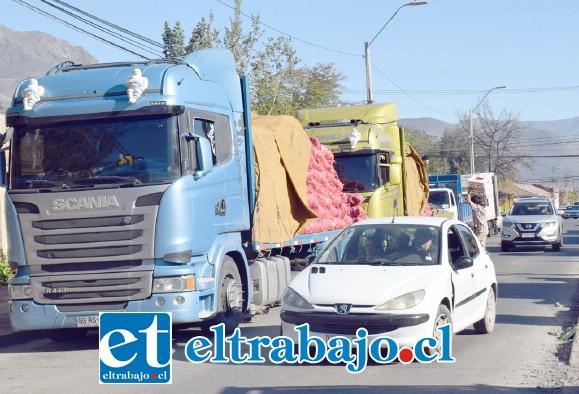 ESTO CAMBIARÁ.- Este es el mediano congestionamiento que se vive actualmente en Calle San Martín con los camiones feriantes.