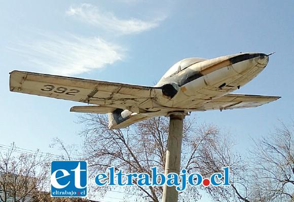 El avión se instaló hace unos 20 años y su estado actual es bastante lastimoso debido a la falta de mantención. (Foto gentileza Rafa Pérez)