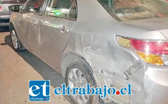 Este taxi ejecutivo estacionado en calle San Martín, frente el Nº 683 en Putaendo, resultó con daños en su carrocería.