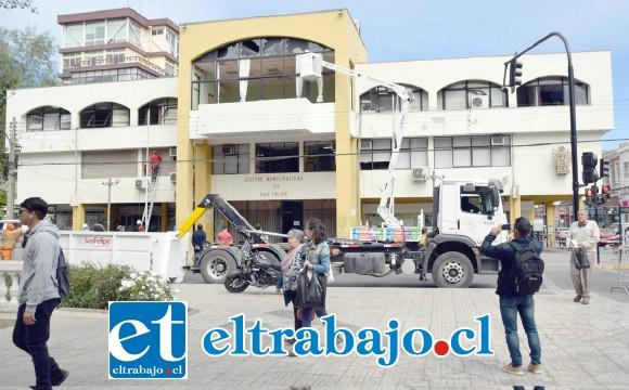 DAÑOS VISIBLES.- Así luce la panorámica del edificio municipal de San Felipe, sin cortinas y con serios daños en sus ventanales.