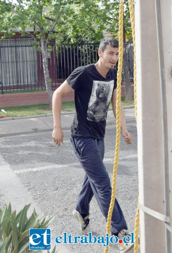 OBSTACULIZA EL PASO.- Las cámaras de Diario El Trabajo registran el momento en que este joven intenta ya quitar la cuerda al sentirse fotografiado.