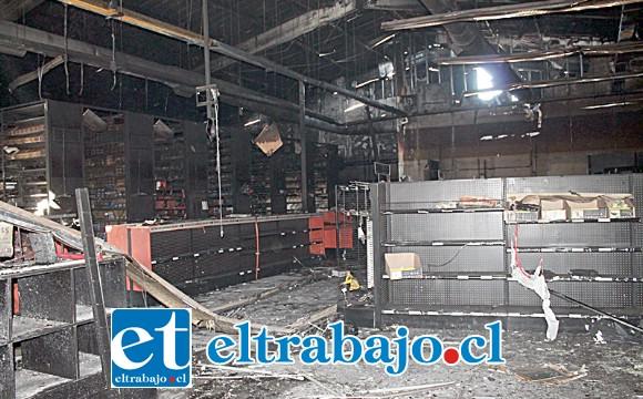Si bien el recinto permanecía cerrado desde el 12 de noviembre, la noche del jueves una turba de antisociales volvió a ingresar sustrayendo lo poco que quedaba y prendiendo fuego.