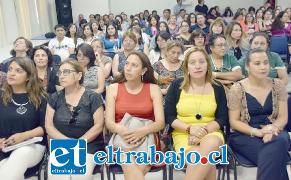 Auditorio lleno.- El auditorio del Liceo Corina Urbina estuvo totalmente lleno, esta charla fue bien aprovechada por docentes e invitados especiales.