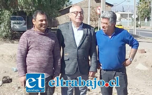 El Seremi de Transporte José Emilio Guzmán al medio de los dos destacados dirigentes sociales Miguel Torres de Condominio Peumayén y Marcos Brito.
