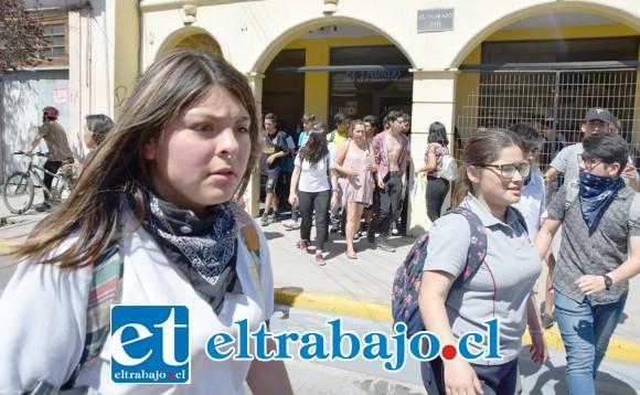 BUSCAN EL DIÁLOGO.- Los jóvenes no se mostraron ni expresaron con violencia, aunque sí muy determinados a continuar con sus protestas.