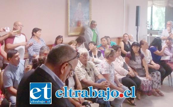 Tanto vecinos como feriantes participaron del encuentro con las autoridades municipales, encuentro que no estuvo exento de momentos de tensión.