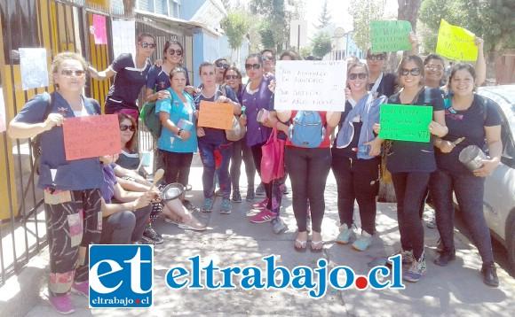 Las educadoras de párvulos del jardín infantil 'El Rincón de los Angelitos' realizaron una protesta ayer frente a las oficinas de la DAEM.
