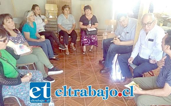 Los vecinos reunidos junto a las autoridades como el consejero regional Stevenson, el mismo Seremi Guzmán, viendo una solución. (Foto www.putaendouno.cl)