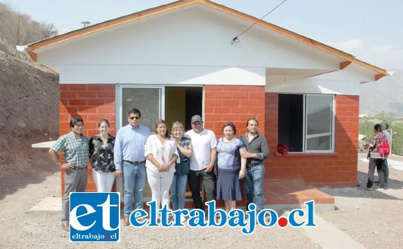 CASITA NUEVA.- La familia beneficiada con esta vivienda nueva posa para las cámaras de Diario El Trabajo, mostrando felizmente su nueva casa en compañía de las autoridades.