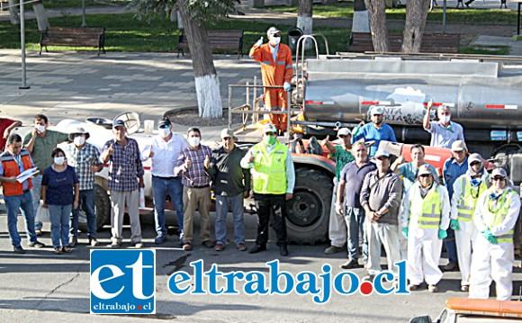 UNA COMUNA UNIDA.- Aquí vemos a las autoridades y empresarios de Santa María, minutos antes de iniciar el operativo.