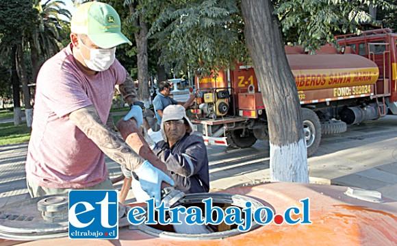 BOMBEROS PRESENTE.- Bomberos de Santa María facilitó dos camiones cisternas con agua, para llenar así los tanques de cada tractor.