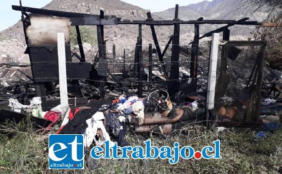 Personal de Bomberos acudió a controlar el siniestro, no obstante debido al material de la vivienda, a su llegada ya estaba totalmente envuelta en llamas.