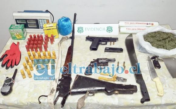 Gran cantidad de armas de fuego, municiones, armas blancas y marihuana fueron incautadas durante un control sanitario.