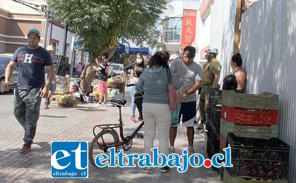PACÍFICAMENTE.- Cajas de verduras y venta de muchos productos de bazar salieron de las calles este jueves.