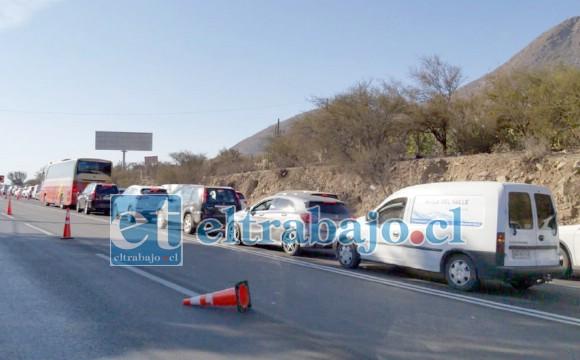 Largas e interminables filas de vehículos esperando por horas poder continuar su trayecto.