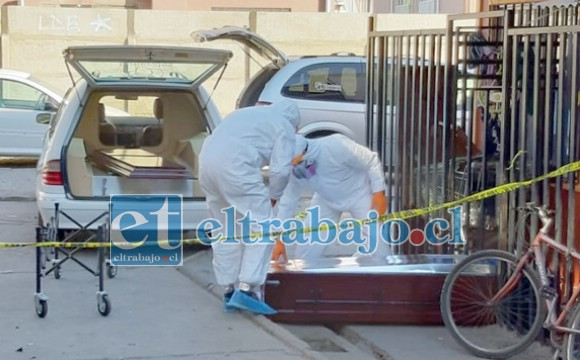 ATAÚD SELLADO.- Las cámaras de Diario El Trabajo registran el momento cuando el ataúd era sellado por empleados de Funerales Almendral con todas las medidas sanitarias del caso.