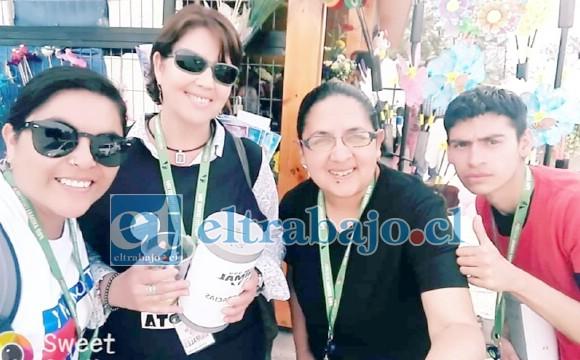 SU EQUIPO DE VOLUNTARIOS.- Aquí tenemos de derecha a izquierda: Jason, voluntario, Macarena Cortés secretaria de la ONG, la del centro es Ester Toledo presidenta de la agrupación, y la mexicana Yeimy Avilés, vicepresidenta de la ONG.