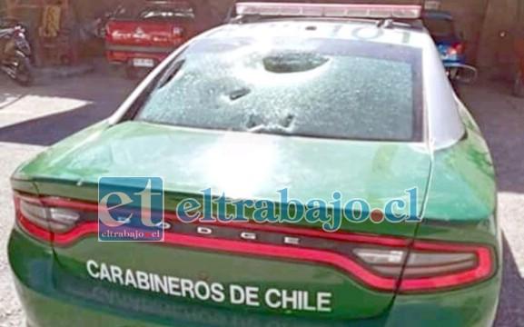 El cristal o luneta de la parte trasera del vehículo policial también resultó con daños.