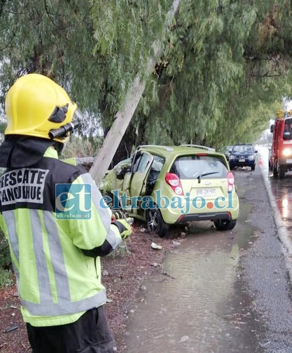 Personal de Bomberos de San Felipe debió concurrir al sitio del suceso para liberar al conductor que quedó atrapado en el deformado habitáculo.