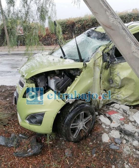 Incrustado en el poste del alumbrado público terminó el automóvil, cuyo conductor resultó milagrosamente ileso.
