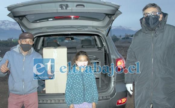 AYUDA OPORTUNA.- Ayer mismo en horas de la tarde, Juan Gutiérrez entregó estas cajas de mercadería a la familia gitana que vive en Tres Esquinas.