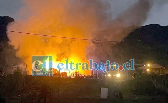 INFERNAL ESCENARIO.- En pocos minutos la casa de habitación fue destruida por las llamas que consumieron por completo el inmueble.