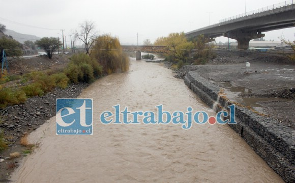 DESDE PUENTE EL REY.- El Río Aconcagua con buen torrente recogió también el preciado líquido para bañar la costa.