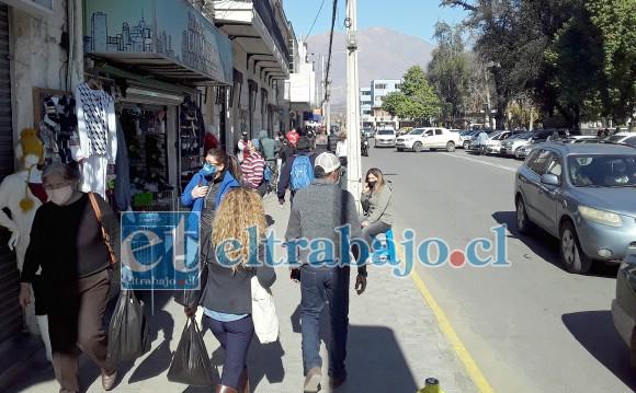 Gran cantidad de personas se pudo apreciar ayer en el centro de San Felipe tras el paso de Cuarentena a Transición.